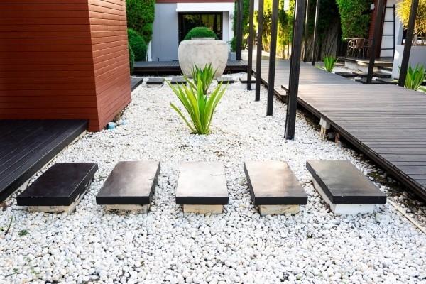 Garten mit Ziersplitt pflegeleicht gut gestaltet hohe Ästhetik