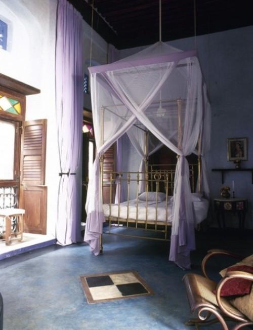 Marokkanisches Schlafzimmer Baldachin-Bett weiß viel Licht blaue Wände blauer Boden Schaukelstuhl