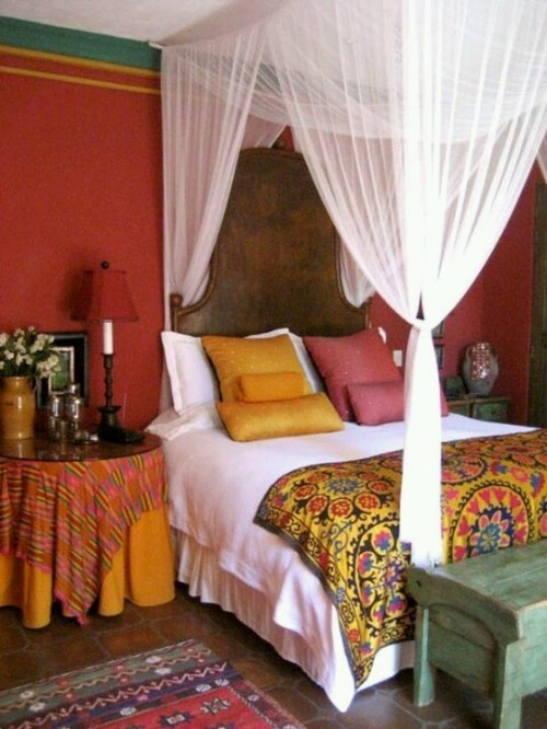 Marokkanisches Schlafzimmer Baldachin-Bett weiße Bettdecke