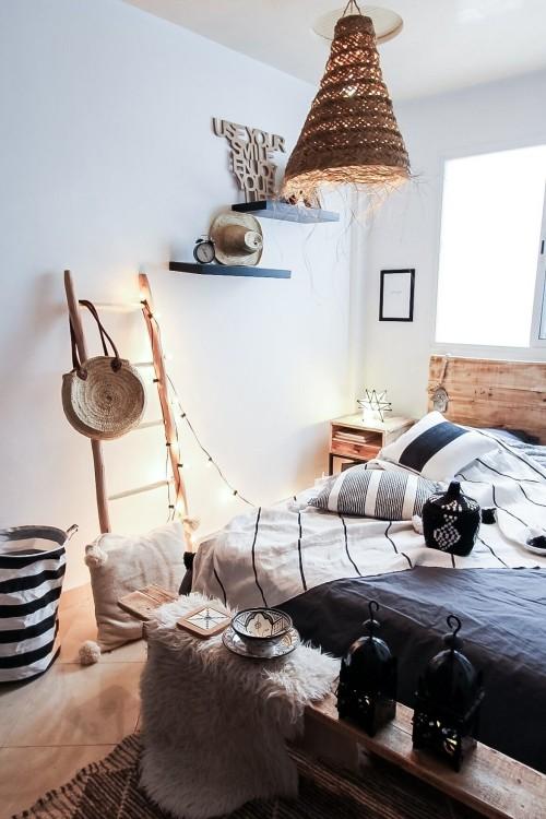Marokkanisches Schlafzimmer Ethno Dekoration an die Wand angelehnte Leiter viel Licht