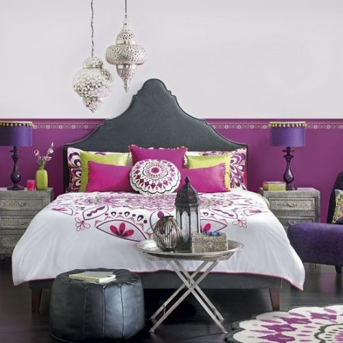 Marokkanisches Schlafzimmer ausgeglichene Farben schöne Dekoration Laterne Sitzhocker