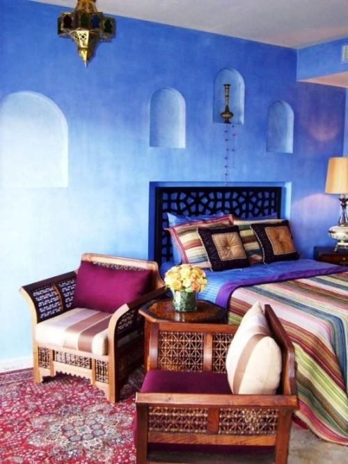 Marokkanisches Schlafzimmer blaue Wände viele Farben Lila Hell-und Dunkelblau Streifen