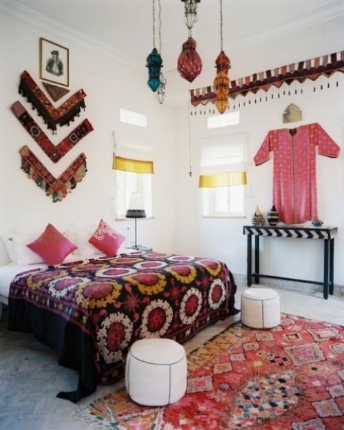 Marokkanisches Schlafzimmer bunte Farben Ethno Dekoration zwei weiße Hocker