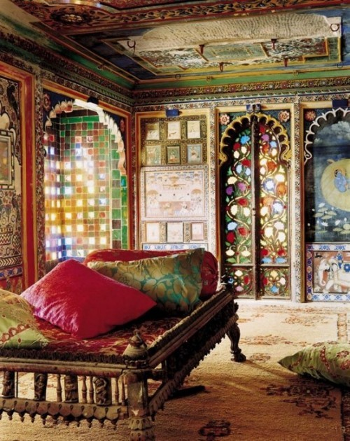 Marokkanisches Schlafzimmer bunte Farbenpracht an Wänden Mosaik Holzschnitzereien große Wurfkissen auf dem Bett