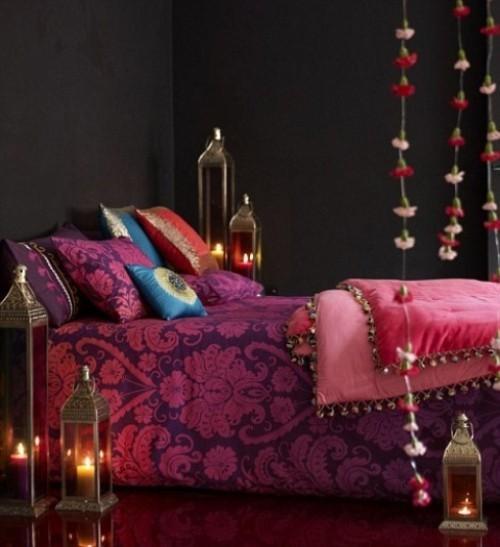 Marokkanisches Schlafzimmer dunkle Wände Bett rosa lila blau viele Laternen