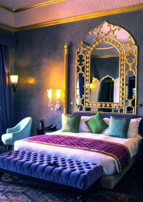 Marokkanisches Schlafzimmer dunkle Wände großer Spiegel viele Farben Lila Blau Türkis goldene Akzente gute Beleuchtung