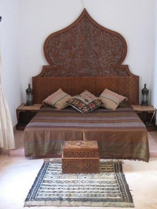 Marokkanisches Schlafzimmer dunkles Holz Verzierungen Holzschnitzereien