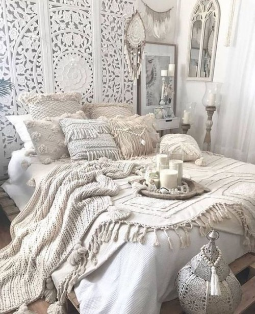 Marokkanisches Schlafzimmer ganz in Weiß handgemachte oder gestrickte Stoffe Spitze an der Wand