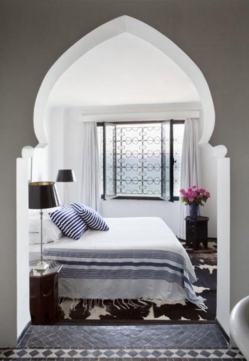Marokkanisches Schlafzimmer gewölbte Wand Raumdesign in grau weiß schwarze Akzente