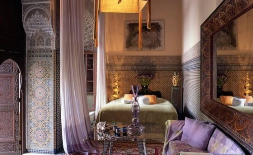 Marokkanisches Schlafzimmer großer Wandspiegel Holzrahmen mit Schnitzereien exotischer Reiz