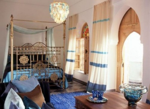 Marokkanisches Schlafzimmer großes Bett Blau und Weiß im Zusammenspiel viel Licht