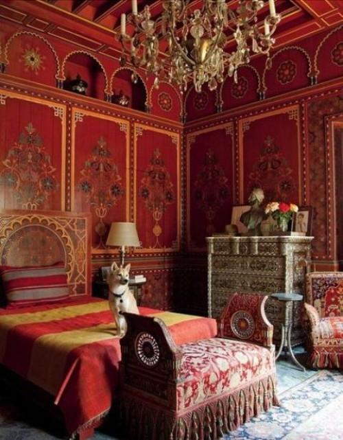Marokkanisches Schlafzimmer großes Bett warme Farben Rot Gelb an den Wänden Decke Kronleuchter sehr ansprechende Atmosphäre
