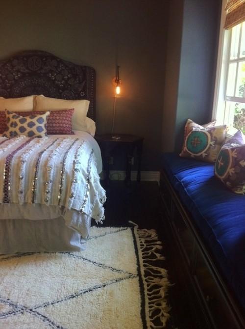 Marokkanisches Schlafzimmer handgewebte Stoff helle und dunkle Farben viel Licht Mystik