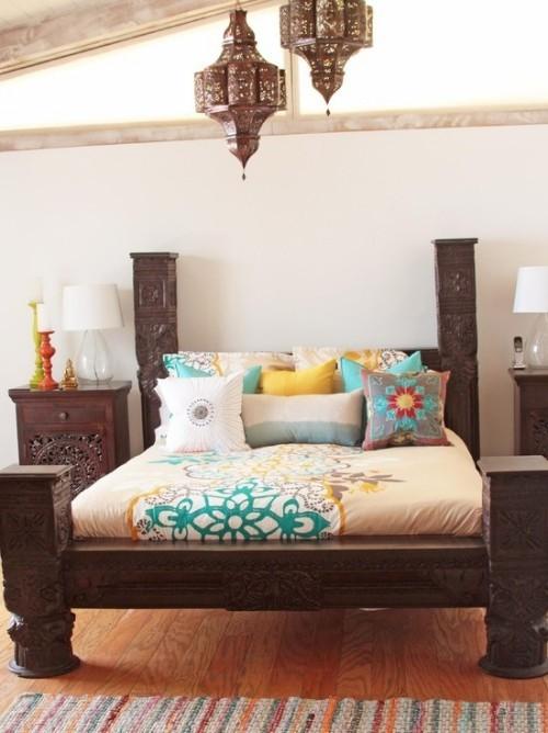 Marokkanisches Schlafzimmer helle Bettdecke dunkles Holz interessante Holzschnitzereien