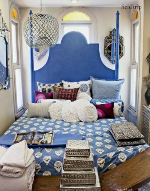 Marokkanisches Schlafzimmer in Boho Style blau weiß mit silbergrauen Akzenten