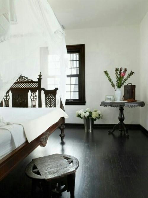 Marokkanisches Schlafzimmer in weiß dunkles Holz Holzschnitzereien
