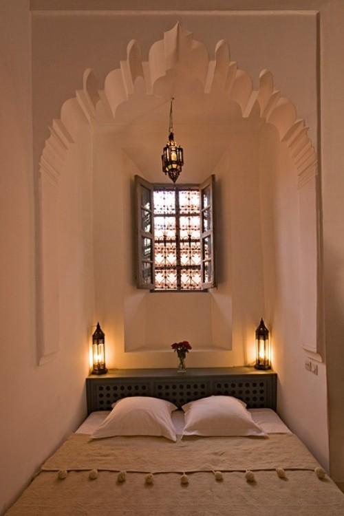 Marokkanisches Schlafzimmer sehr einfach im Design Laternen Wölbungen an der Decke Verzierungen