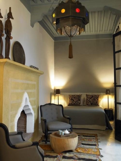 Marokkanisches Schlafzimmer viele Dekoelemente einfaches Raumdesign ohne grelle Farben