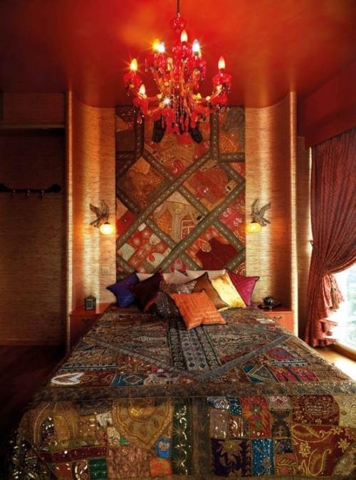 Marokkanisches Schlafzimmer viele warme Farben Kronleuchter gemusterter Paravent sehr angenehme etwas mystische Atmosphäre