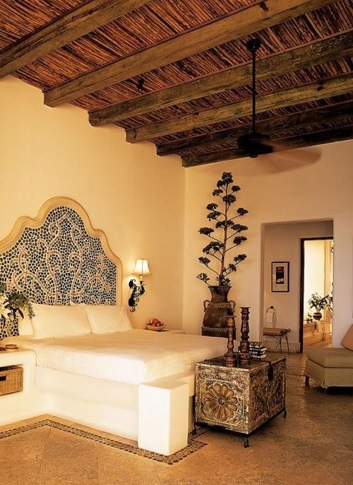 Marokkanisches Schlafzimmer weißes Bett Muster auf dem Boden Holzdecke gemustertes Bettkopfteil