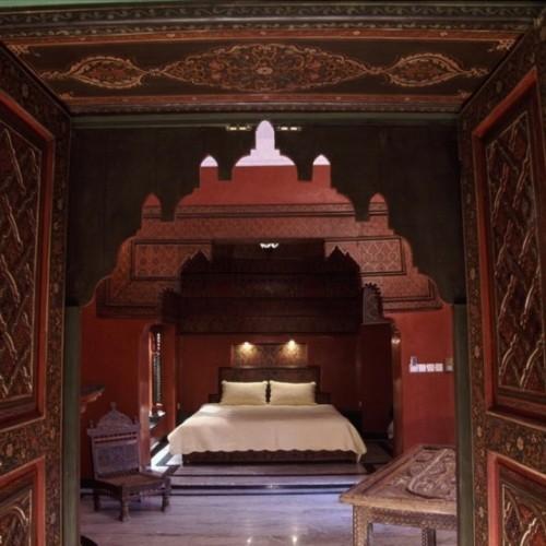 Marokkanisches Schlafzimmer weißes Schlafbett dunkles Holz Verzierungen Holzschnitzereien