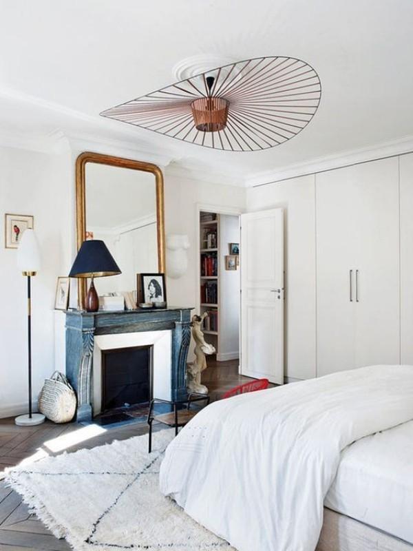 Pariser Chic im Schlafzimmer Kamin Spiegel weißer Teppich weiße Bettwäsche