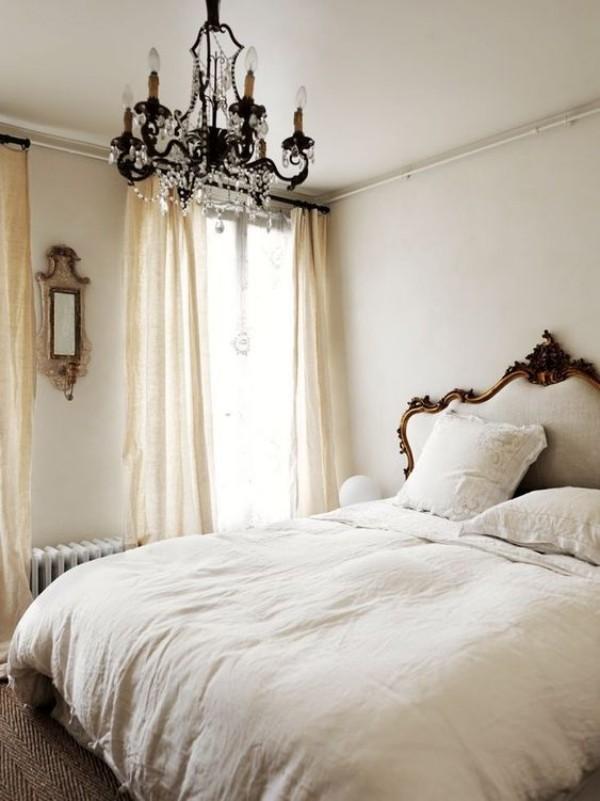 Pariser Chic im Schlafzimmer Kristall-Kronleuchter Blickfang weißes Ambiente weiße Gardinen weißer Bettbezug