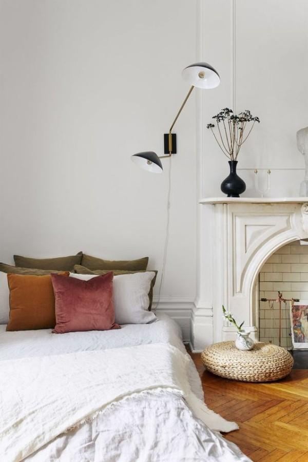 Pariser Chic im Schlafzimmer Parkettboden Holzfarbe weißes Ambiente Samt Kissen in Pastellfarben