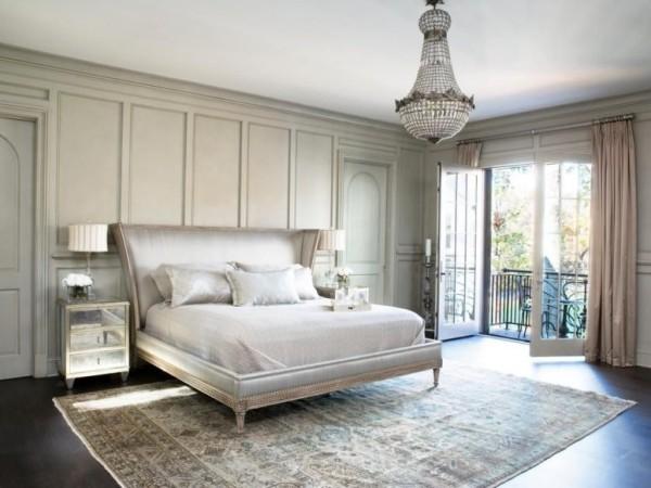 Pariser Chic im Schlafzimmer Ruhe Eleganz Luxus heller Teppich großes Schlafbett Kronleuchter Tür zur Terrasse