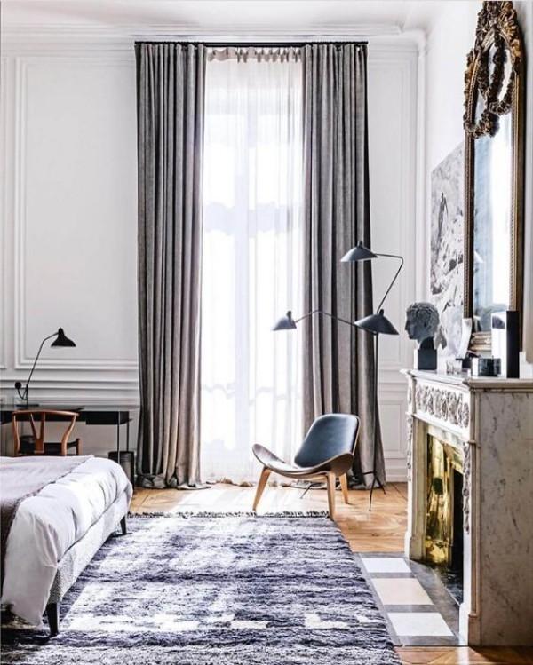 Pariser Chic im Schlafzimmer Teppich elegante Lampen Stuhl blau-grau Kamin Spiegel Gardinen