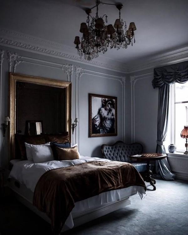 Pariser Chic im Schlafzimmer dramatischer Look dunkle Farbpalette Luxus Samt Kristall-Kronleuchter