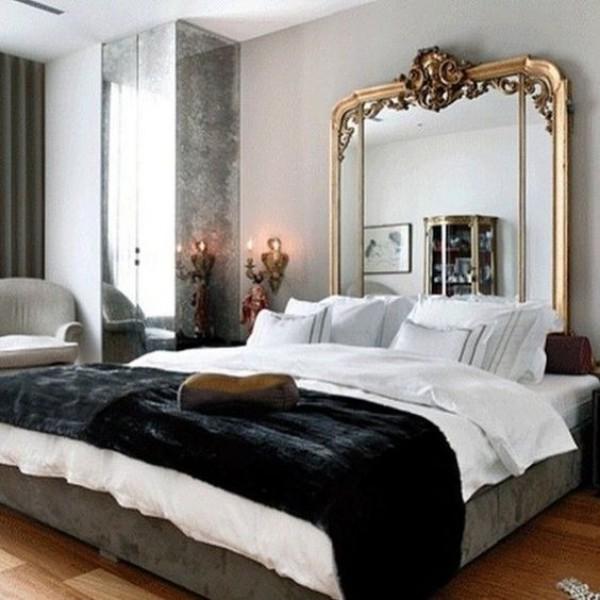 Pariser Chic im Schlafzimmer großes Schlafbett ein hoher Wandspiegel im verzierter Rahmen weiß grau schwarz im Kontrast
