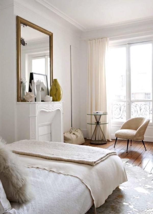 Pariser Chic im Schlafzimmer helles Ambiente Parkettboden sehr einladend Kamin Spiegel Sessel