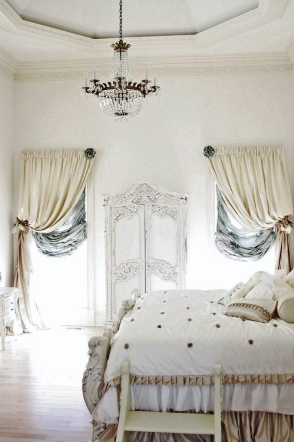 Pariser Chic im Schlafzimmer luxuriöse Raumgestaltung drapierte Gardinen Tagesdecke kleine Leiter Kronleuchter