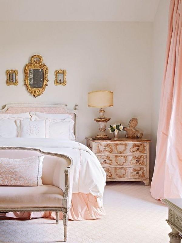 Pariser Chic im Schlafzimmer mit femininen Touches in Rosa ausgeführt voller Luxus und Raffinesse