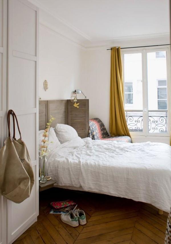 Pariser Chic im Schlafzimmer modern eingerichtet elegante Lässigkeit auf französischer Art gelbgrüne Gardinen Tasche hängt am Kleiderschrank Sportschuhe vor dem Bett