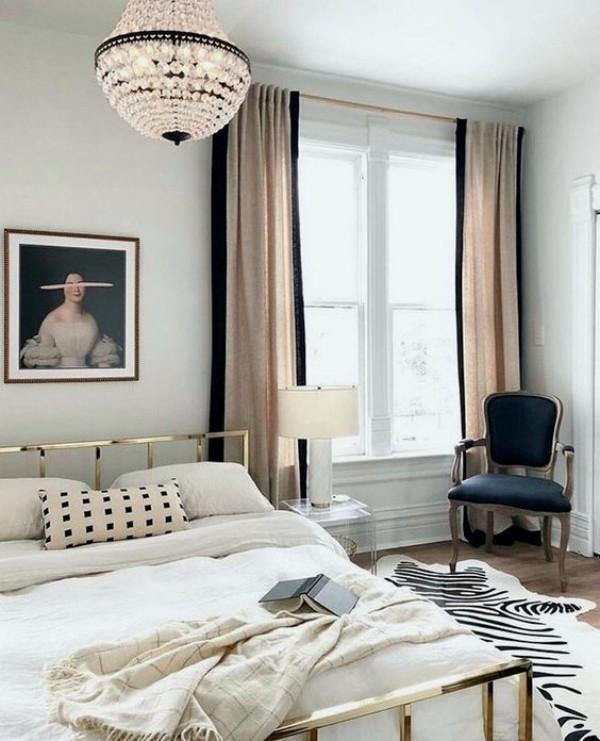 Pariser Chic im Schlafzimmer modernes Metallbett weißer Bettbezug Wandgemälde Fellteppich kleine Akzente in Schwarz