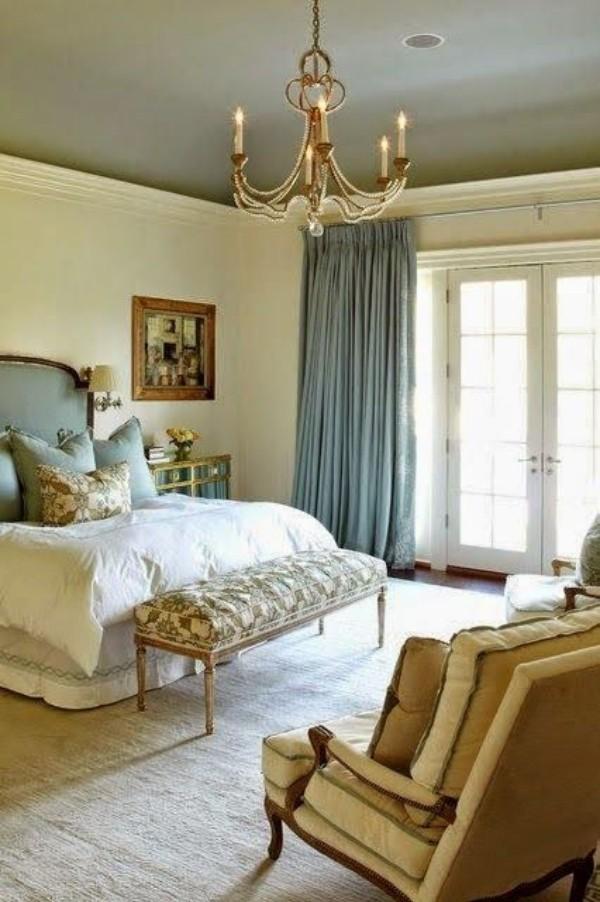 Pariser Chic im Schlafzimmer sehr luxuriöses Ambiente weiß dominiert goldene Effekte Wandgemälde