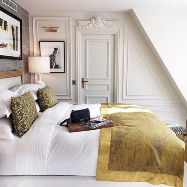 Pariser Chic im Schlafzimmer unter Dachschräge Tablett Kaffeetasse Tasche Magazin Wandbilder künstlerische Note