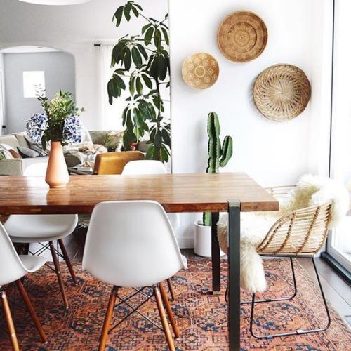 Boho Chic im Esszimmer Wandteller grüne Zimmerpflanzen Kunstpelz Must-Haves großer Esstisch Plastik Stühle