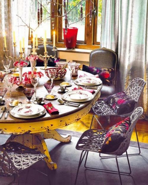 Boho Chic im Esszimmer gedeckter Tisch viele Farben Kerzen Deko Kissen rustikaler runder Tisch