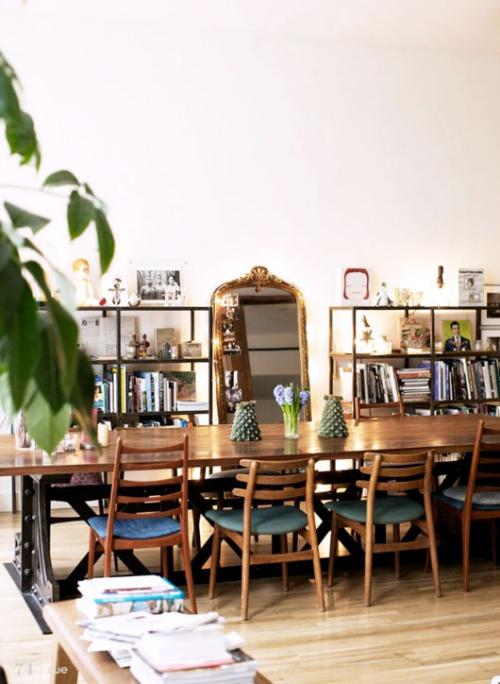 Boho Chic im Esszimmer großer Esstisch aus Holz Stühle Bücherregale Spiegel Zimmerpflanze
