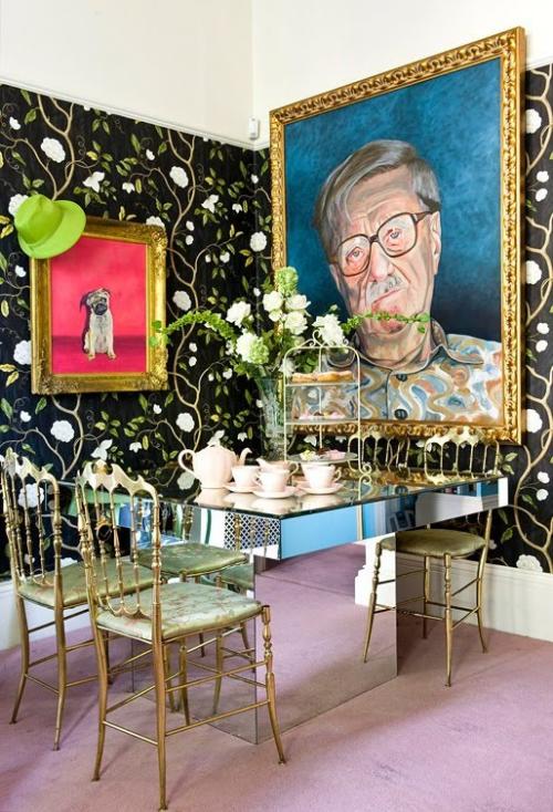Boho Chic im Esszimmer großes Gemälde an der Wand gemusterte Tapete viele Farben Stilmix