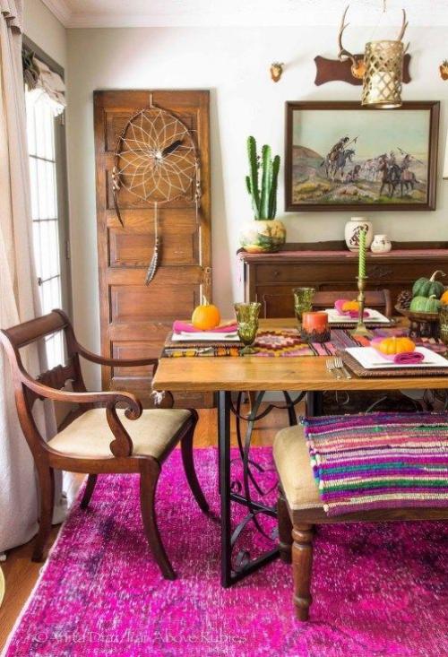 Boho Chic im Esszimmer viel Holz und gesättigte Farben