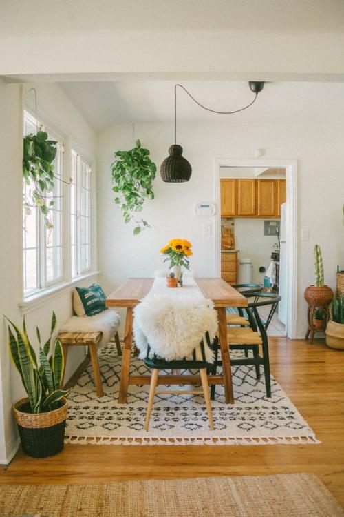Boho Chic im Esszimmer warme Holzfarben Kunstpelz grüne Zimmerpflanzen schönes Ambiente