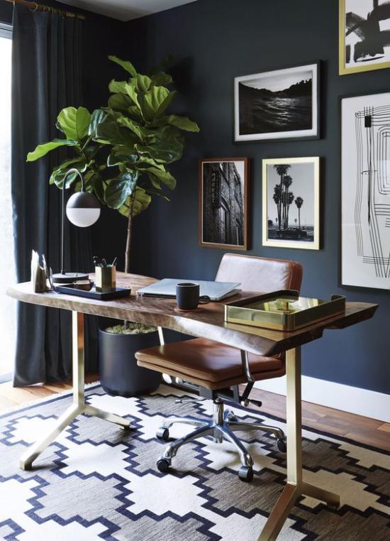 Farben fürs Heimbüro Dunkelblau an der Wand große Zimmerpflanze Wandbilder fein gemusterter Teppich in Grau Weiß Blau