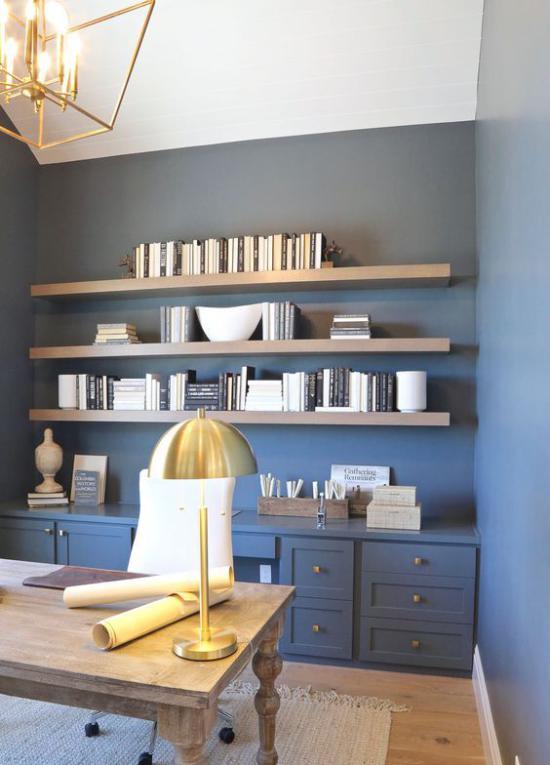 Farben fürs Heimbüro Homeoffice in Blau Goldakzente Hängelampe Tischlampe Holztisch
