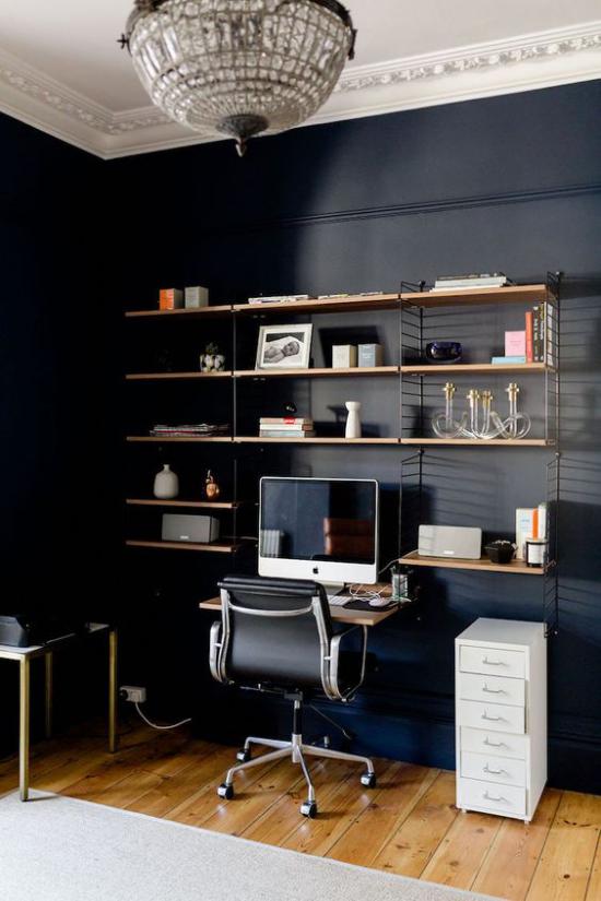 Farben fürs Heimbüro Mitternachtsblau an der Wand PC einfaches Bücherregal