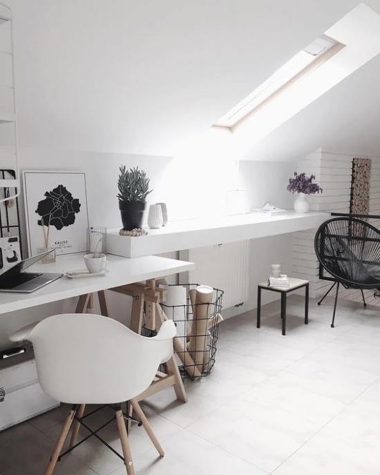 Farben fürs Heimbüro einfach aber praktisch eingerichtetes Homeoffice auf dem Dach in Weiß gestaltet schwarze Akzente