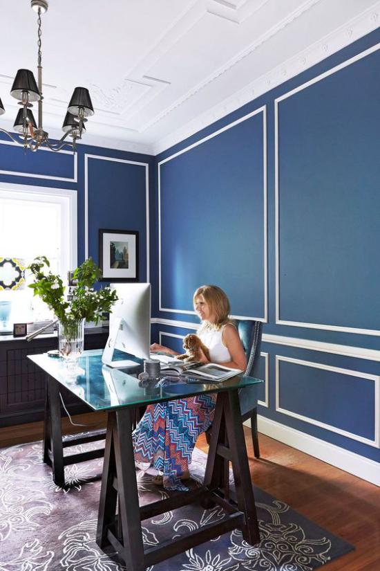 Farben fürs Heimbüro gemütliches Ambiente sehr hell blaue Wand weiße Zimmerdecke fein gemusterter Teppich Frau am PC grüne Zweige in Vase
